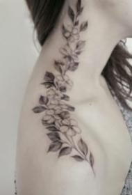9张素雅的女生颈部肩花纹身图片欣赏