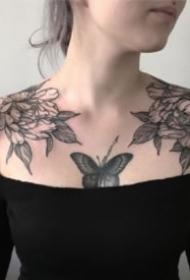 9張適合女生的成對肩花紋身作品