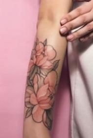 18张女生的粉红色素净的花朵纹身图案