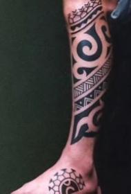 適合男性的一組圖騰風格紋身作品
