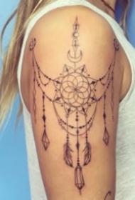 女生肩部好看的蕾絲鏈紋身圖案