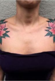 女性双肩部的对称肩花纹身作品