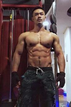 帅气的狗公腰肌肉帅哥健身房写真照片