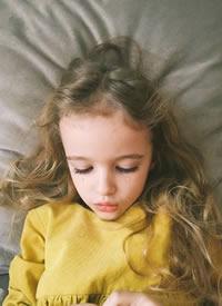 金发自然卷小萝莉 也太可爱了吧