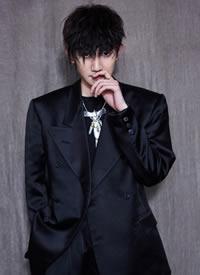 王源錫紙燙發型配上一身黑色西裝實在是太酷啦