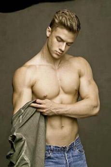 年轻欧美帅哥裸上身摄影艺术图片