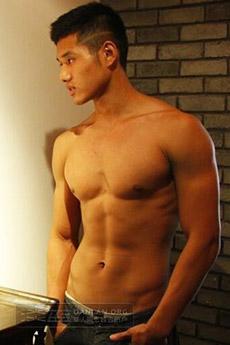 帥氣的肌肉男生展示自己的性感肌肉圖片