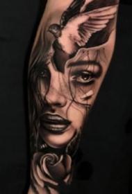 歐美包小臂的一組黑灰紋身作品圖