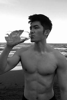 肌肉短發帥哥海邊黑白照圖片