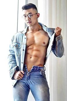 一身牛仔裝的性感亞洲肌肉眼鏡帥哥照片