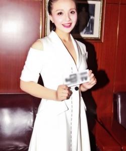 孫茜白色露肩出席時裝周活動圖片