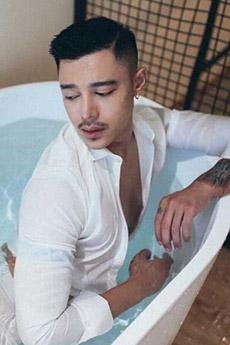 白襯衫的帥哥浴室藝術圖片