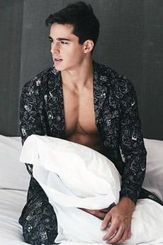 歐美超性感男模床上睡衣寫真照片