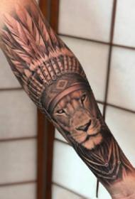 獅子紋身 包小臂的一組寫實風格的獅子紋身圖案
