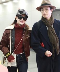 戚薇李承鉉夫妻機場甜蜜恩愛寫真圖片
