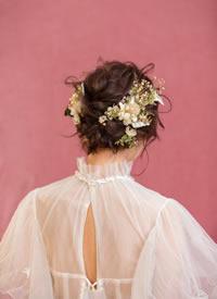 一組加上鮮花點綴的新娘發型圖片