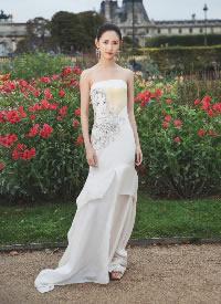 陳鈺琪一襲抹胸白色長裙盡顯曼妙身姿