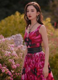 娜扎一身玫粉色花蕾印花連衣裙亮相巴黎