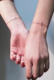 極簡手腕小臂上的線條手環等紋身圖案