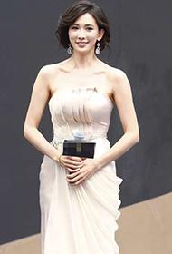 林志玲裸色抹胸裙出席某活动现场