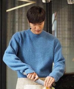 李敏鎬藍色毛衣廚房圖片