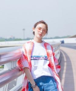 彭小苒清新甜美機場照圖片