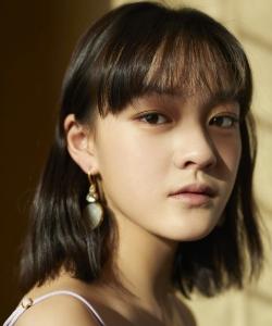 演員文淇紫色吊帶裙性感活動照圖片