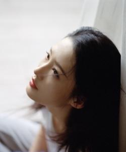李沁慵懶隨性寫真圖片
