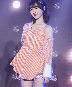 李子璇粉色甜美可愛舞臺照圖片