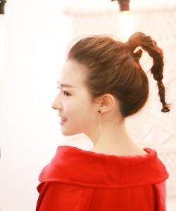 陳語安紅款風衣甜美微笑寫真圖片  陳語安圖片