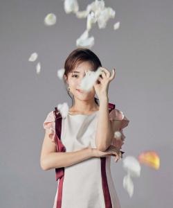 包文婧優雅柔美時尚寫真圖片