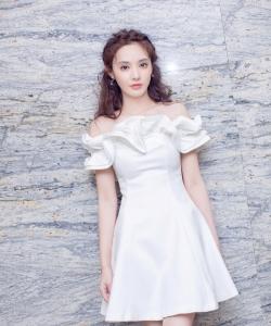 彭小苒白裙仙氣十足寫真圖片