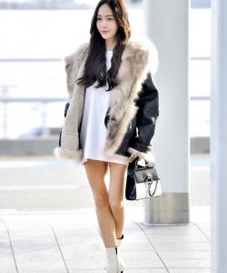 鄭秀妍機場皮衣T恤性感美腿寫真圖片