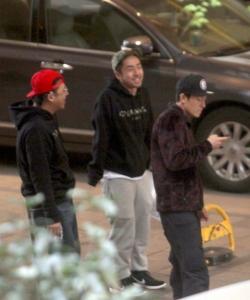 陳冠希潮人打扮與好友上海看房圖片