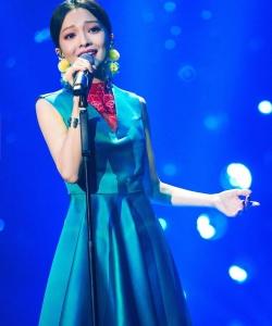 張韶涵《歌手》藍色長裙高清圖片
