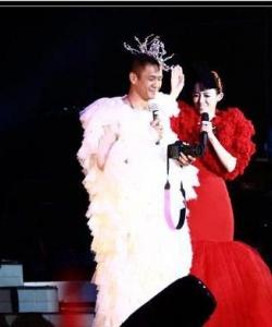 黑人陳建州妖嬈女裝圖片 為博范范一笑