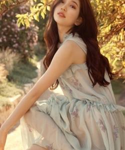 斐秀智薄紗長裙時尚寫真圖片
