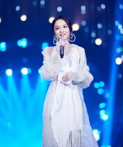 張韶涵《歌手2》白色長裙性感圖片