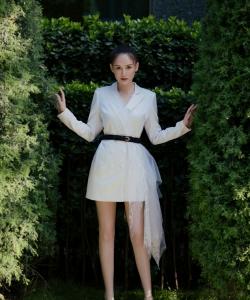 陳喬恩白色西裝裙性感圖片