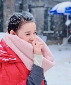 蔣依依圖片 蔣依依雪中紅衣甜美寫真圖片