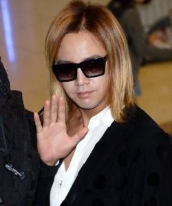 張根碩現身日本機場 黃發白甲打扮另類  張根碩圖片