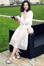 李小冉优雅纯白镂空裙浪漫街头写真