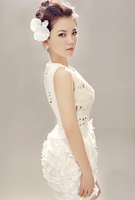 女主持人李湘白裙散发清新淡雅气质