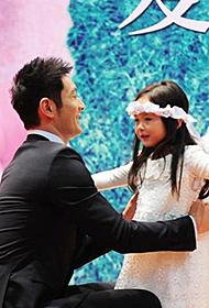 黄晓明宣传片场与小天使学生互动