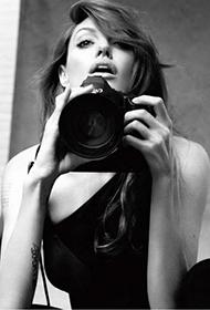 安吉丽娜·朱莉玩相机搞怪表情黑白写真