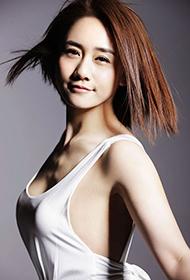 劉蕓白裙飄飄展甜美笑容寫真