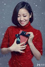 女歌手姚贝娜圣诞红裙美妆大片