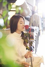 张碧晨手执情人节玫瑰 甜美气质似优雅公主