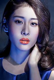 张碧晨登上时尚杂志封面 流行妆容引领潮流