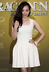 张靓颖纯白连衣裙亮相某活动现场